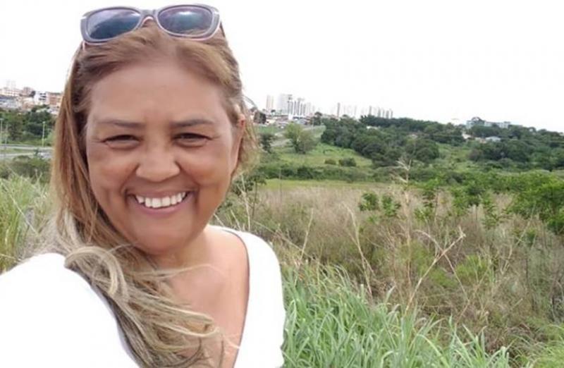 Candidata a deputada é presa por fingir ser vítima de Brumadinho e receber R$ 65 mil da Vale Compartilhar: FacebookTwitterWhatsApp Após fingir que era proprietária de um imóvel localizado no Parque da Cachoeira, uma das áreas mais atingidas pelo rompimento da barragem em Brumadinho, na Região Metropolitana de Belo Horizonte, uma candidata a deputada distrital do Distrito Federal recebeu R$ 65 mil em doações da mineradora Vale. A mulher, de 57 anos, que foi candidatada na eleição de 2014 pelo MDB, foi presa pela Polícia Civil (PC) por estelionato em março deste ano, mas a prisão só foi revelada nesta semana.   Conforme a corporação, a mulher, que é natural de Anápolis (GO) e vivia no Distrito Federal, alegou para a empresa responsável pela tragédia que tirava seu sustento com atividades agropecuárias no imóvel que possuía. Ela, inclusive, chegou a convencer moradores da região a declarerem que a conheciam e que ela realmente era dona de um terreno na região.  Após investigações apontarem para o crime, ela acabou presa por estelionato no dia 18 de março, após determinação na Justiça. Além dela, outros três moradores que teriam confirmado a informação dada pela suspeita também teriam sido indiciados no caso por falsidade ideológica.   De acordo com o Tribunal de Justiça de Minas Gerais (TJMG), em despacho proferido no último dia 1º de abril, o juiz da comarca de Brumadinho, Rodrigo Heleno Chaves, determinou que a suspeita só consiga a liberdade provisória caso o valor recebido por ela das doações feitas pela mineradora seja devolvido ou ela comprove o endereço do suposto imóvel que ela diz ter, o que não teria acontecido até esta terça-feira (9).   Ainda segundo a Justiça, o inquérito da PC já virou ação penal e já está tramitando o prazo para apresentação do comprovante do depósito de devolução do dinheiro ou dos documentos do imóvel.   Suspeita continua presa  A Secretaria de Estado de Administração Prisional (Seap) informou que a mulher deu entrada no Presídio Femin